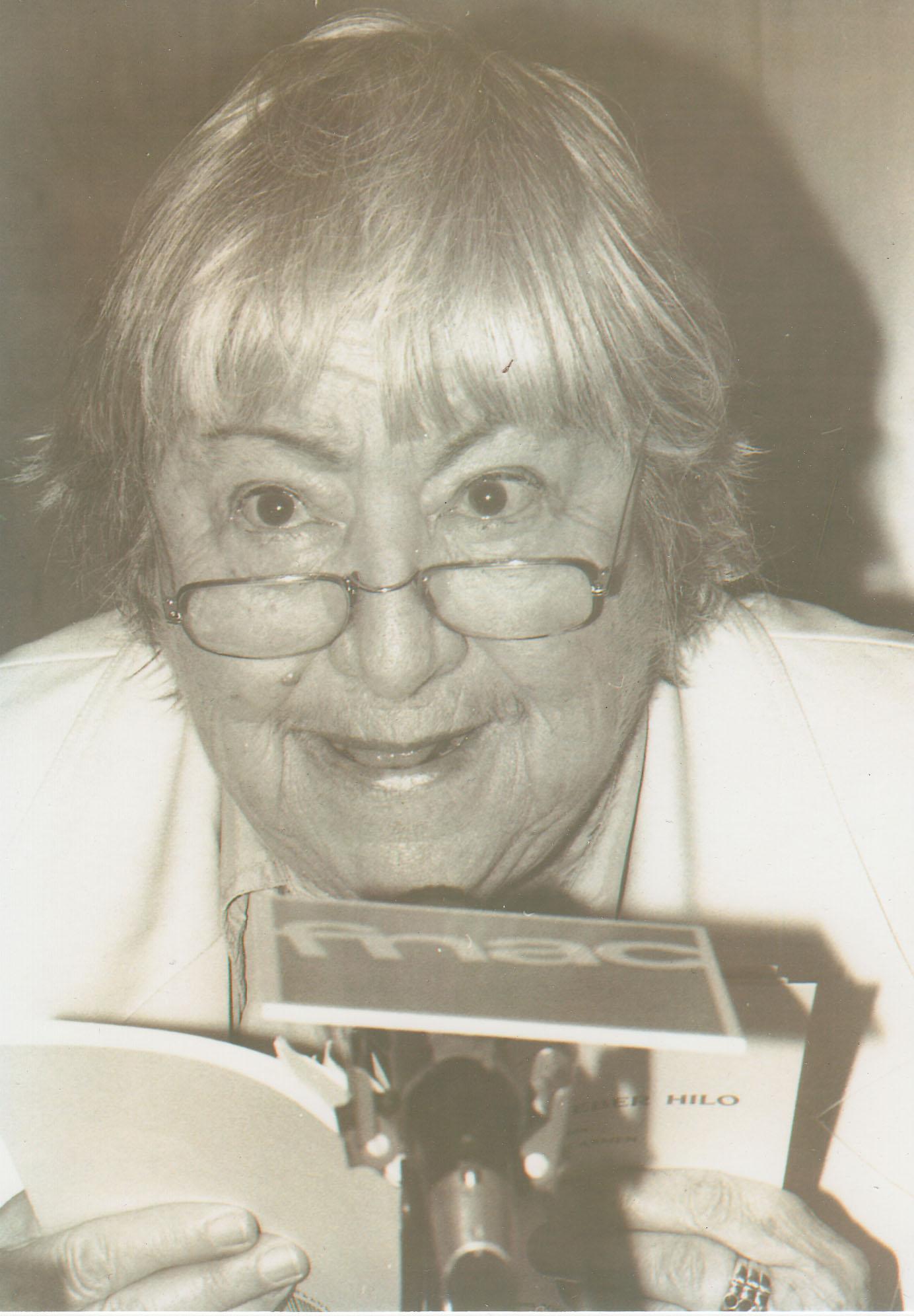 Gloria Fuertes leyendo Aconsejo beber hilo, en 1996